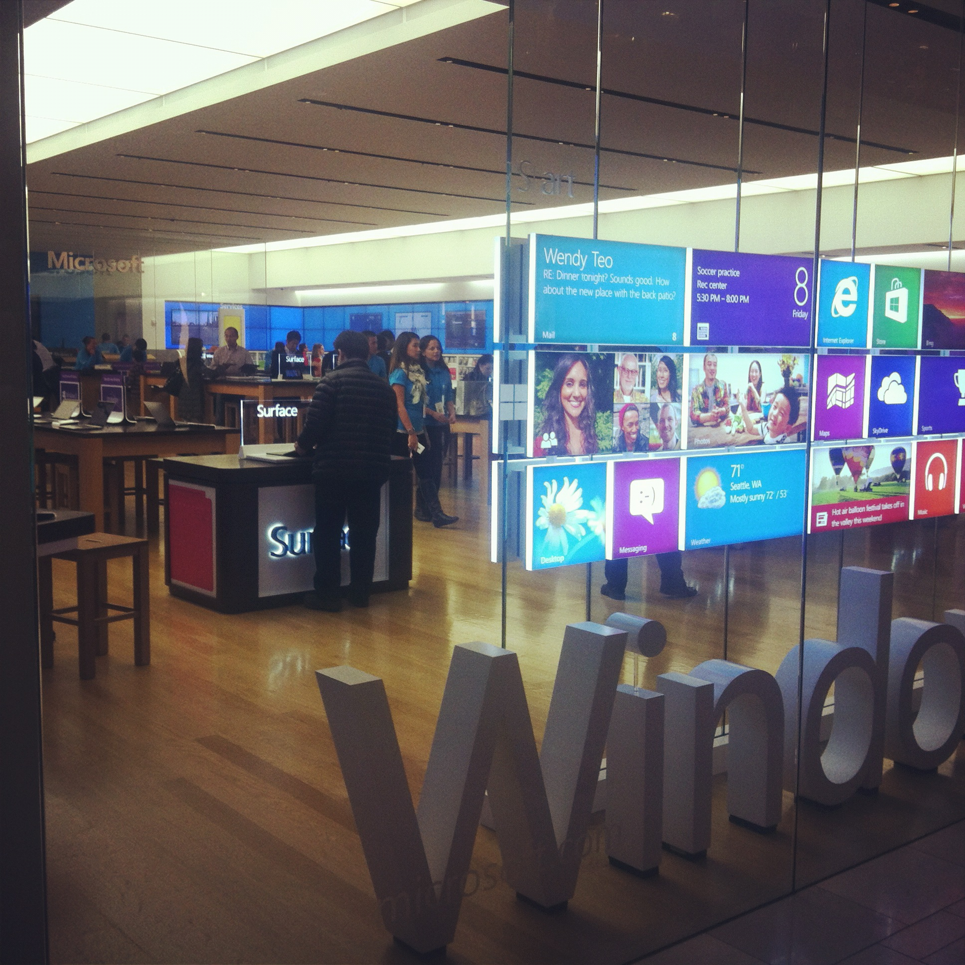Building 92 microsoft store - Since microsoft opened its retail stores this is the first time i see a microsoft store this full of people wanting to look and play with the surface